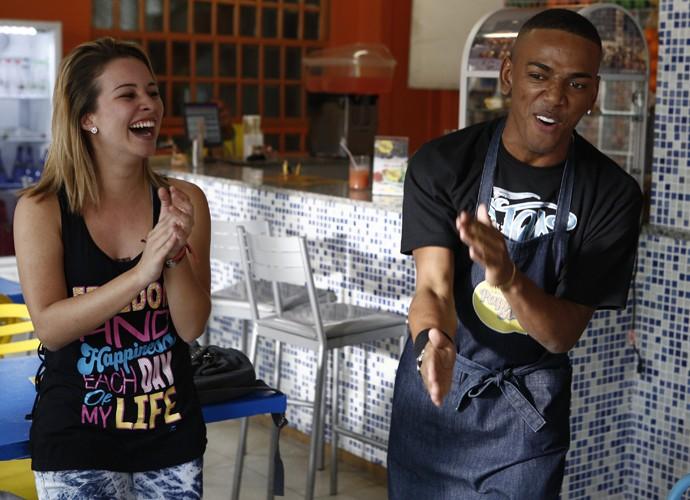 Nego grava ao lado de Laryssa Ayres, a intérprete de Jéssica, sua parceira de cena (Foto: Inácio Moraes/Gshow)