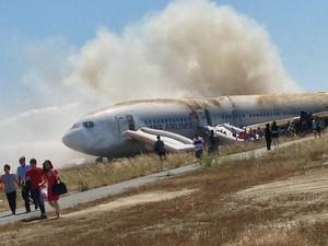 777 da Asiana pegou fogo e ficou destruída após pouso forçado em São Francisco (Foto: Eugene Anthony Rah/Reuters)