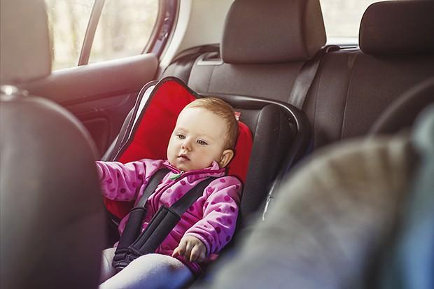 Bebê na cadeirinha no carro (Foto: Thinkstock)