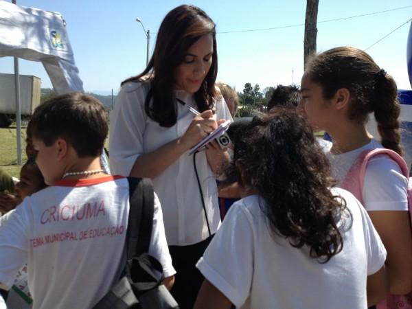 Eliane Gonçalves durante produção de reportagem do quadro JA nos Bairros (Foto: Janine Limas/RBS TV)