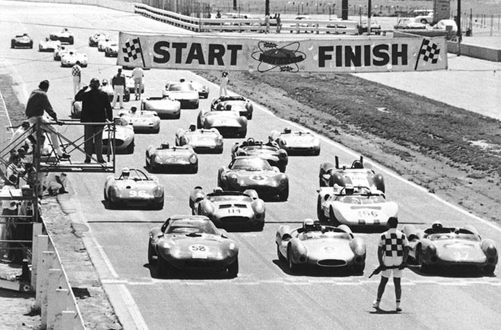 """Na foto acima, o """"grid"""" de largada com o Lang-Cooper de MacDonald na pole position, o Cooper-Chevrolet de Skip Hudson na segunda posição e o Cheetah de Jerry Titus na terceira posição, Jim Hall com seu Chaparral 2A na quarta posição. (Foto: Reprodução/Dave MacDonald)"""