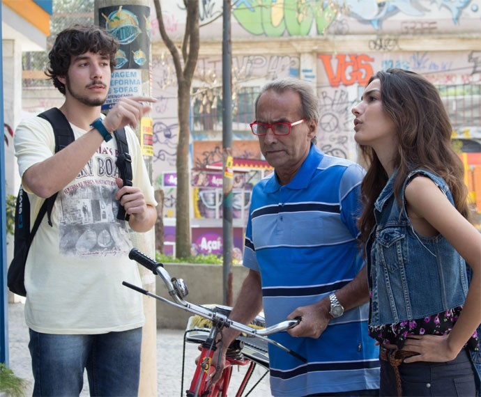 Luan pede bicicleta de Idelfonso emprestada (Foto: Bruno Cavalieri / Gshow)