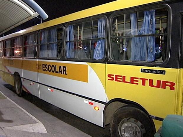 Estudante coloca cabeça para fora de ônibus, bate em poste e morre no Espírito Santo (Foto: Reprodução/TV Gazeta)