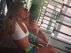 Iris Stefanelli faz selfie para mostrar bronzeado e exibe barriga sequinha