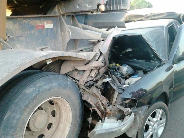 Veículo colidiu violentamente na traseira de uma carreta reboque na BR-010 (Foto: Divulgação/PRF)