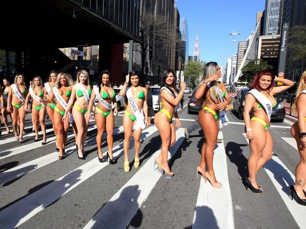 Candidatas do concurso Miss Bumbum posam na Avenida Paulista (Foto: Paulo Whitaker/Reuters)