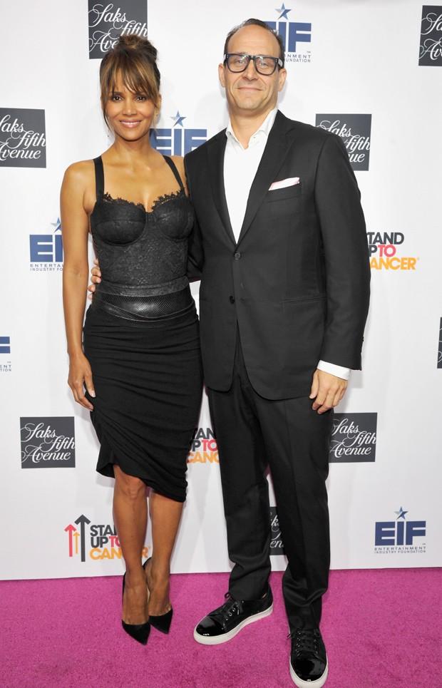 Halle Berry e Marc Metrick, presidente das Saks Fifth Avenue (Foto: John Sciulli/Getty Images)