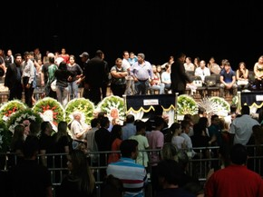 Fãs, amigos e familiares participam do velório do cantor Cristiano Araújo, que morreu em um acidente de carro quando voltava de um show, no centro cultural Oscar Niemeyer, em Goiânia (Foto: Joel Rodrigues/Frame/Estadão Conteúdo)