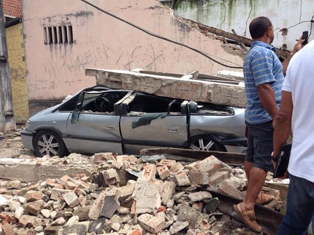 Imóvel desaba e atinge veículos na Bahia (Foto: Bruno Alves/Blog Pimenta)