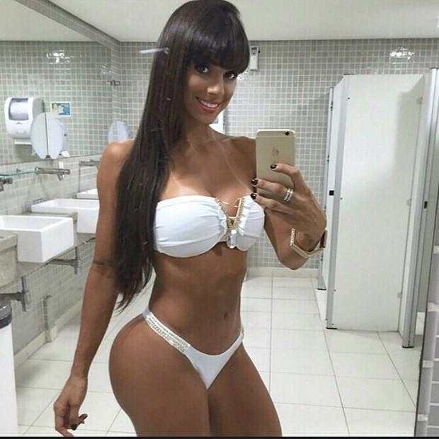 048136ad9a65 EGO - Carol Dias mostra as curvas com biquíni branco - notícias de ...