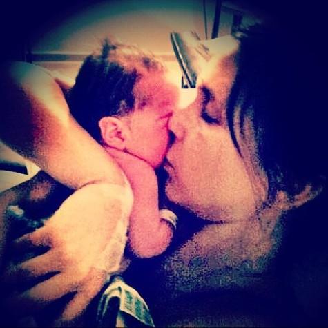 Sarah Oliveira e a primeira filha, Chloé (Foto: Reprodução)