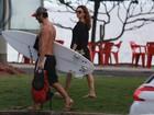 Isis Valverde acompanha namorado  em praia no Rio em dia de surfe