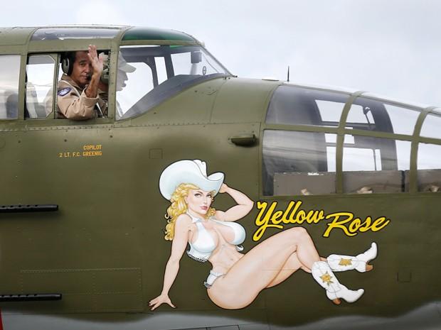 O co-piloto Phil Bonasera acena da janela do bombardeiro B-25 'Yellow Rose', em Nova Orleans, na quinta (22) (Foto: AP Photo/Gerald Herbert)