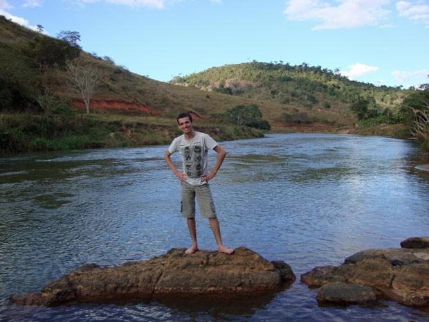 André Moura no Rio Manhuaçu, em Pocrane, cidade onde nasceu (Foto: Arquivo pessoal)