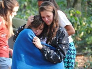 Lia tenta acalmar a amiga, que não para de chorar (Foto: Malhação / Tv Globo)