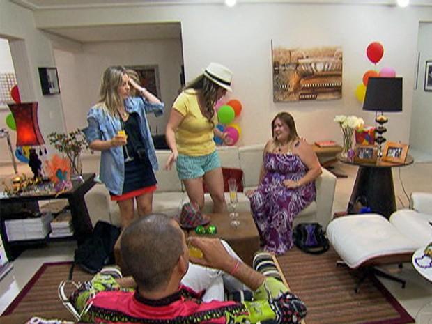 Convidados se acomodam na sala de Paulo enquanto aguardam jantar (Foto: Mais Você / TV Globo)