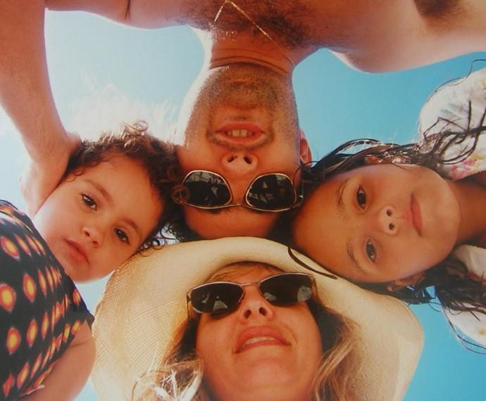 Amanda e sua família num registro fofíssimo! (Foto: Arquivo Pessoal)