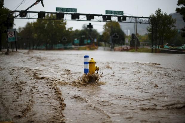 Cheias provocaram o decreto de alerta vermelho na região metropolitana de Santiago (Foto: Ivan Alvarado/Reuters)
