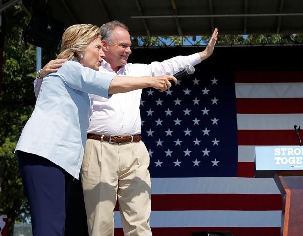 Hillary Clinton e seu vice, Tim Kaine, buscam conquistar votos de latinos (Foto: Brian Snyder/Reuters)