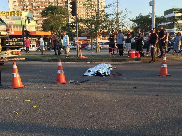 Mulher ocupante do carro morreu no local do acidente, antes da chegada de socorro médico. (Foto: Patrícia Teixeira/G1)