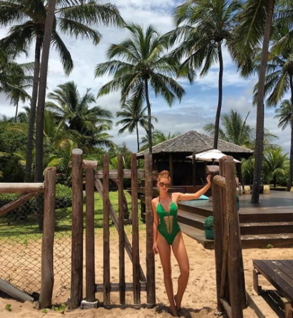 Marina mostra a boa forma em foto na praia (Foto: Reprodução/Instagram)