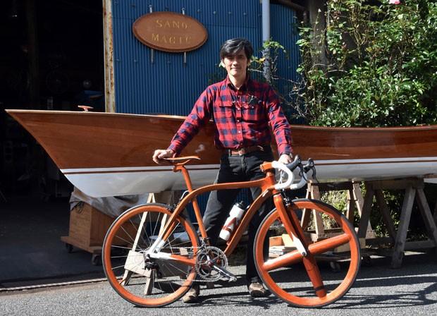 Sueshiro Sano criou bicicleta construída com madeira vendida por quase R$ 50 mil (Foto: Yoshikazu Tsuno/AFP)