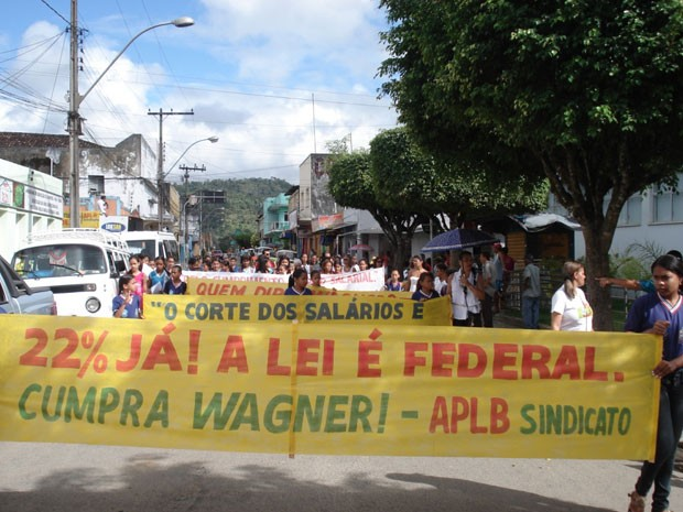 Professores da rede estadual de ensino protestam em Coaraci (BA) (Foto: Rozânia Araújo/ Arquivo Pessoal)