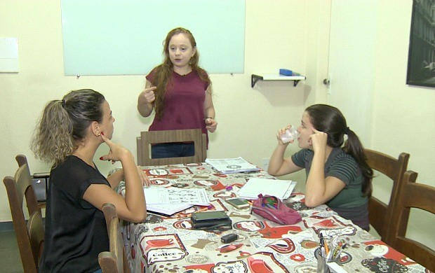 Fabiana deixou a vida de advogada para ensinar Inglês e Francês (Foto: Rondônia TV)