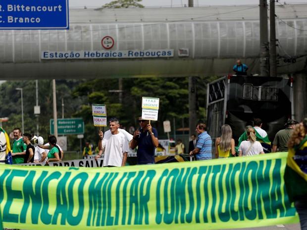 Manifestantes exibem faixa pedindo intervenção militar durante protesto na Marginal Pinheiros (Foto: Newton Menezes/Futura Press/Estadão Conteúdo)
