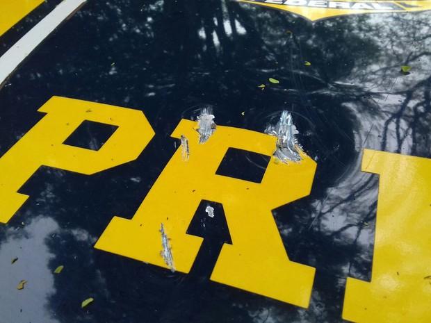 Viatura da PRF foi apedrejada, segundo a polícia (Foto: Divulgação/PRF)