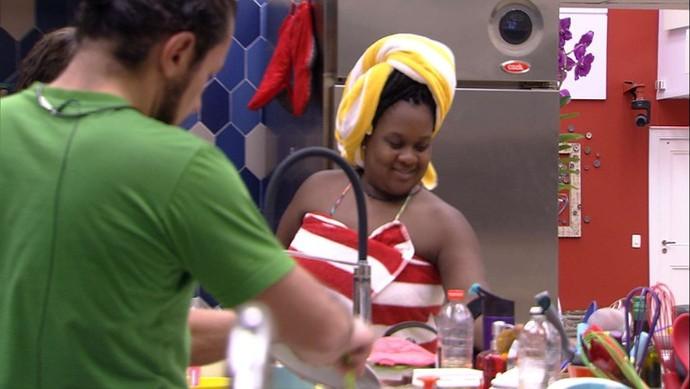 Roberta feliz da vida com um lado para chamar de seu na casa do 'BBB' (Foto: TV Globo)