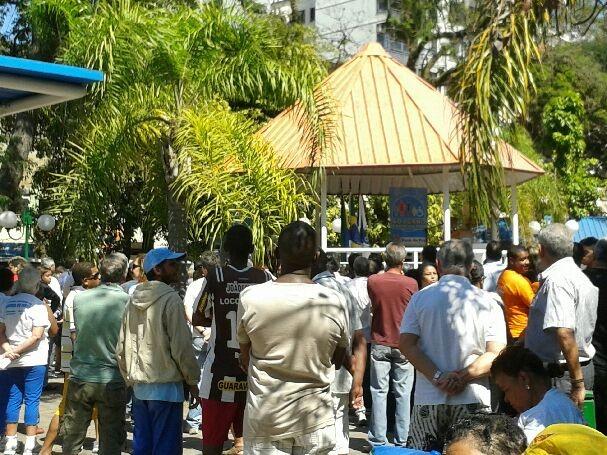 Jorge Babo discursa para a população na Praça Nilo Peçanha, em Barra do Piraí, RJ (Foto: Ana Cláudia Gonçalves/G1)