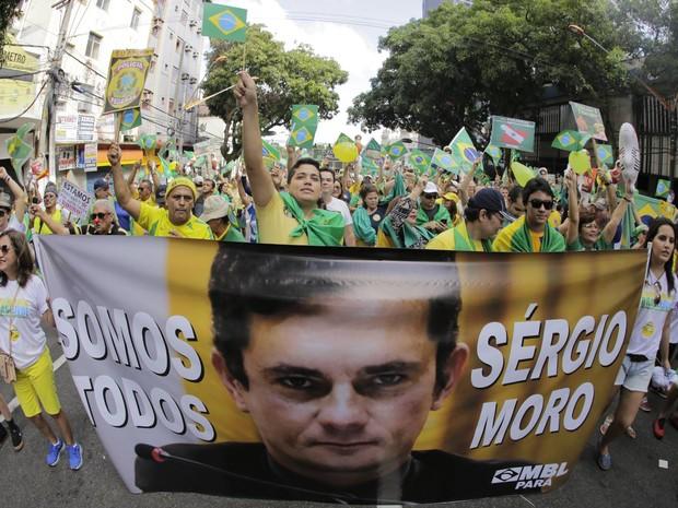 BELÉM - Manifestantes carregaram cartazes em apoio ao juiz Sérgio Moro. (Foto: Tarso Sarraf/O Liberal)