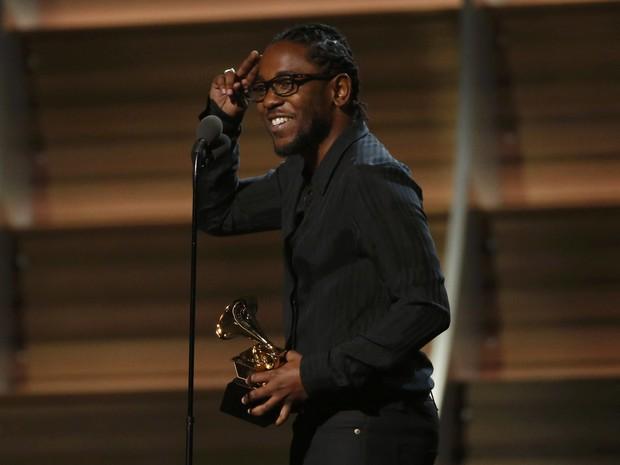 Kendrick Lamar ganha o primeiro prêmio do Grammy 2016, com o melhor álbum de rap (Foto: Mario Anzuoni/Reuters)