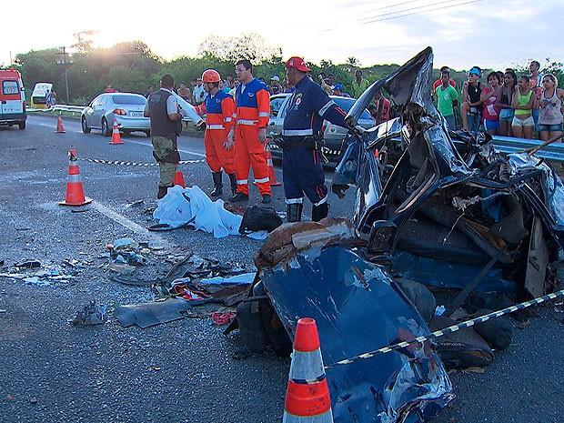 Duas pessoas morrem em acidente na BR-324, trecho da capital baiana (Foto: Imagem/ TV Bahia)
