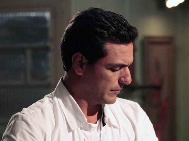 Théo se emociona ao pegar Jéssica Vitória no colo (Foto: Salve Jorge/TV Globo)