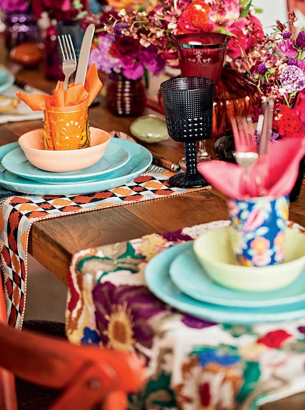 Sabe aquelas almofadas lindas e coloridas que você tem? Brinque com as estampas e utilize as capas como jogo americano. A mistura inusitada dá um toque animado à mesa. (Foto: Elisa Correa/Casa e Comida)