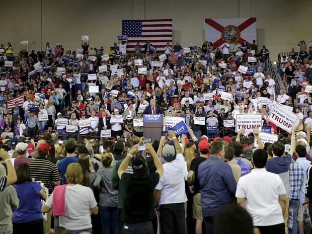 O pré-candidato republicano Donald Trump discursa em comício neste sábado (5) em Orlando, na Flórida (Foto: REUTERS/Kevin Kolczynski)