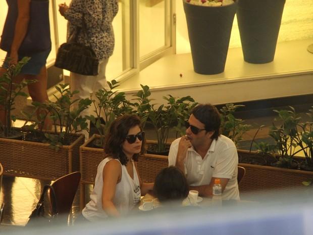Vanessa Giácomo com o namorado em shopping do Rio (Foto: Daniel Delmiro / AgNews)