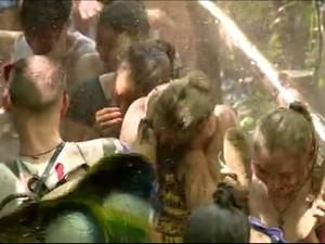 """Foliões participam de """"guerra de lama"""" em bairro de Piracicaba (Foto: Reprodução/EPTV)"""