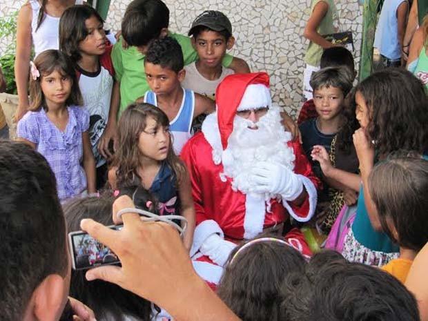 Crianças durante a entrega de presentes do Papai Noel dos Correios do ano passado (Foto: Divulgação / Ascom Correios)