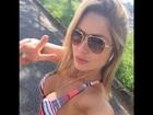 Ex-BBB Renata posa decotada antes de se exercitar
