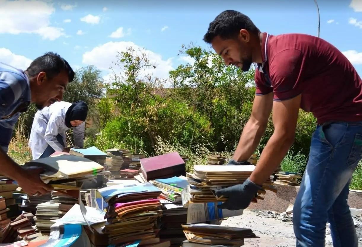 Voluntários ajudam na reconstrução da biblioteca
