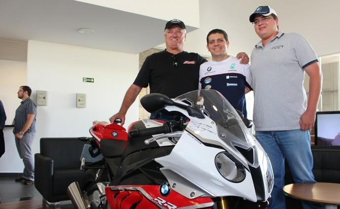 Alex Barros (ao centro) em Campo Grande (Foto: Hélder Rafael)