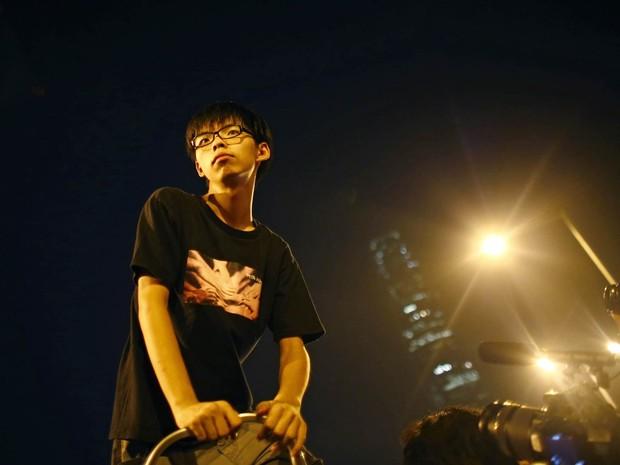 Joshua Wong, de 17 anos, descansa após proferir um discurso diante de milhares de estudantes em protesto em frente à sede do governo em Hong Kong. Wong é o líder dos atos contrários à China em busca de democracia (Foto: Carlos Barria/Reuters)