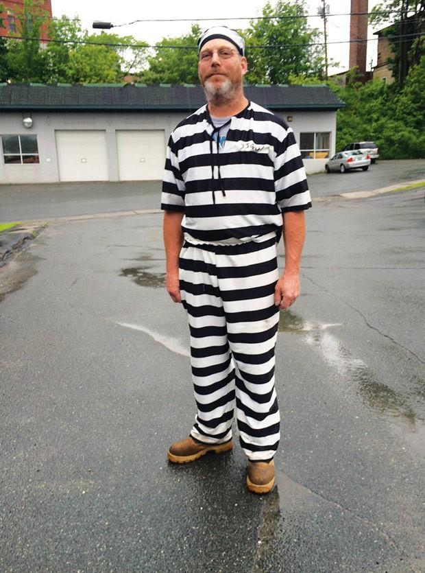 James Lowe escapou de júri por usar roupa igual de prisioneiro nos EUA (Foto: Dana Gray/The Caledonian Record/AP)