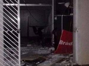 Agência do Bradesco também foi explodida em Pratinha (Foto: Polícia Militar/Divulgação)