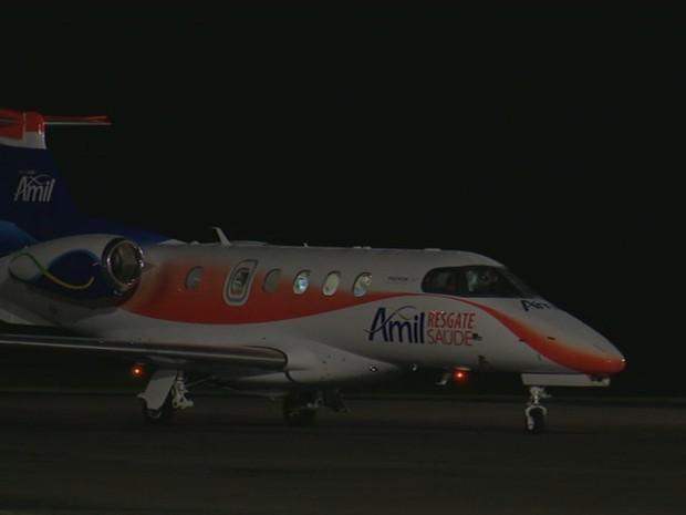 Avião com zagueiro Neto chegou às 21h48 a Chapecó (Foto: Reprodução/RBS TV)