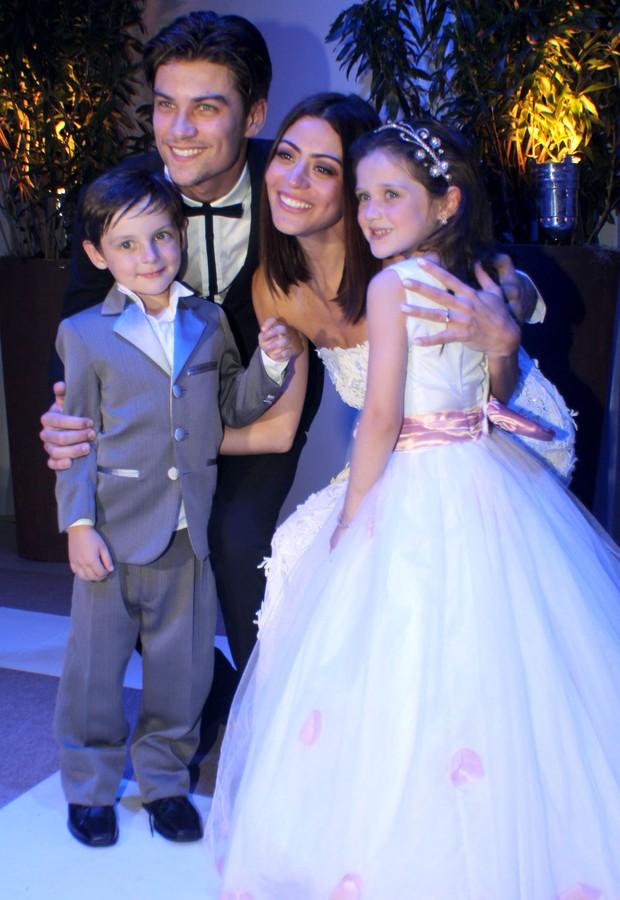 Casamento Carol e Raphael - os noivos com os pajens, os sobrinhos da atriz, Luisa e Rafael (Foto: Vera Donato)