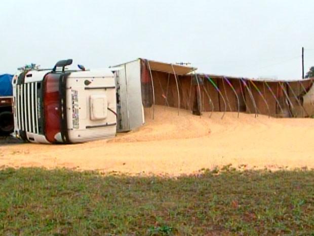 Carreta tombou e carga ficou espalhada ao lado da rodovia (Foto: Reprodução/RBS TV)